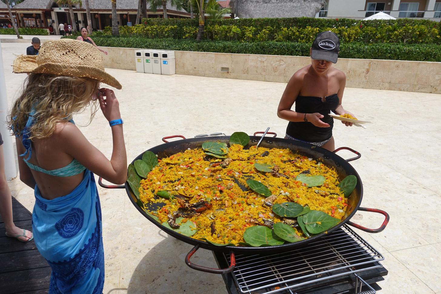 Heerlijk eten: een verse paellaschotel